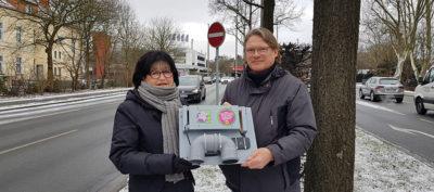 Angela Schmalhorst (Stadtverbands-Sprecherin) und Johannes Ridderbusch mit dem eingesetzten Messgerät. Anlage: Vorliegende Messwertaufzeichnungen