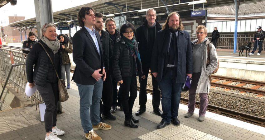 Foto auf dem Herforder Bahnhof (v.l.n.r.): Claudia Raukohl, Matthi Bolte, Sascha Steffen, Johannes Ridderbusch, Angela Schmalhorst, Herbert Even, Toni Hofreiter, Heidi Hetz