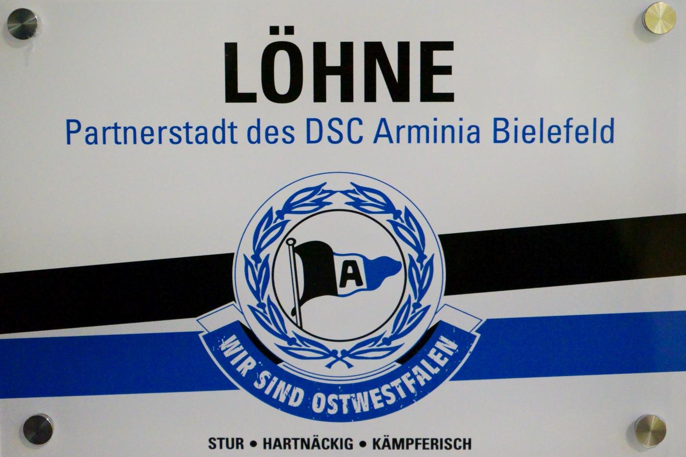 2 Schilder für die Kooperationspartnerschaft mit DSC Arminia Bielefeld
